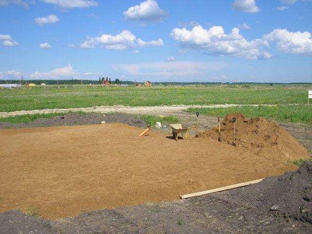 Засыпка площадки фундамента песком