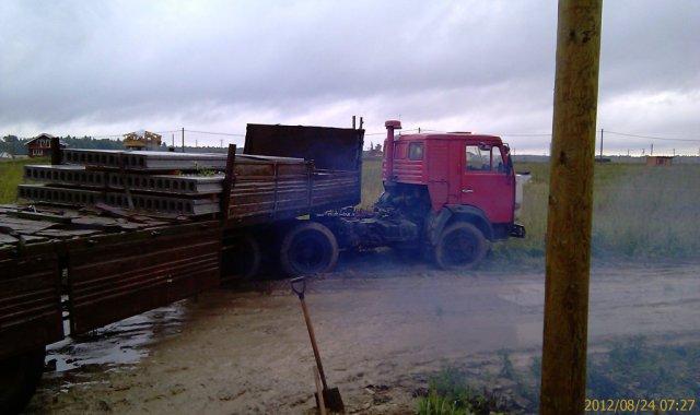 Застрял грузовик с плитами - пыжился/тужился и сорвал маслянный шланг ГУР