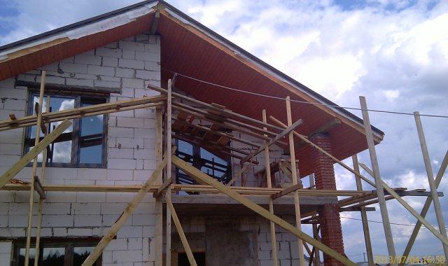 Подшивка кровли над балконом сухой доской