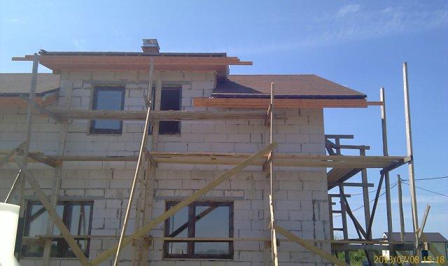 Над верхней обшивочной доской - продухи для воздуха (вентиляция подкровельного пространства)