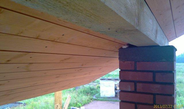 Прилегание подшивки свесов к колонне балкона