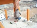Установка колонн для перил балкона