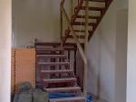 Лестница стойко выдерживает тяготы строительства