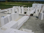 Кладка первого ряда газобетонных блоков